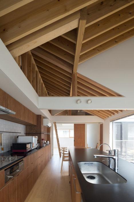 サムネイル:フィールド・デザイン・アーキテクツ一級建築士事務所による、千葉の住宅「流山の三角屋根たち」