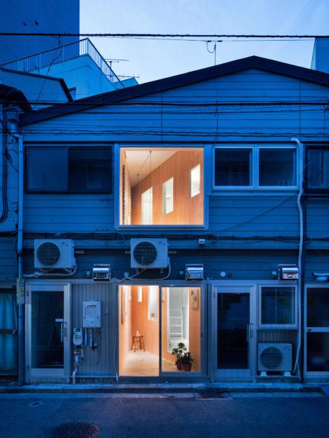 サムネイル:PERSIMMON HILLS architects / 柿木佑介+廣岡周平による、神奈川・横浜の、既存建物をアトリエ/ギャラリーに改修した「黄金町の切込」