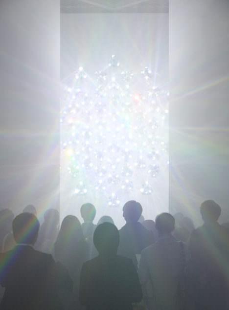 サムネイル:吉岡徳仁の、東京・銀座の資生堂ギャラリーでの展覧会「スペクトル − プリズムから放たれる虹の光線」の会場写真
