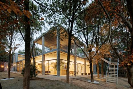 サムネイル:古谷俊一 / 古谷デザイン建築設計事務所が設計した東京クラシック内、森のクラブハウスと馬主クラブ棟