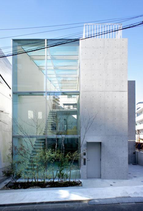 サムネイル:永山祐子建築設計による、東京・港区のガラス張りの大きな吹抜け空間をもつ「西麻布の住宅」の写真