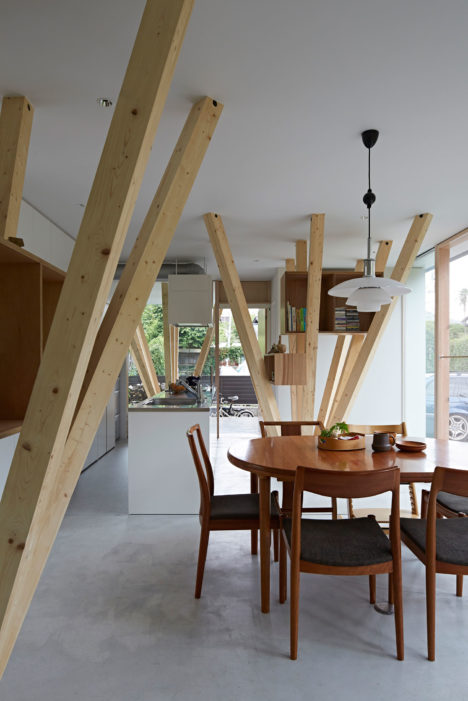 サムネイル:kwas / 渡邉健介建築設計事務所による、神奈川・鎌倉の住宅「Y House」