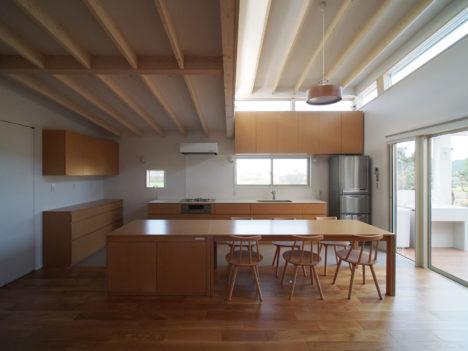 サムネイル:小川泰輝+錦織真也 / 小川錦織一級建築士事務所による、愛媛の、農家住宅の台所棟を改修する計画「層をなす下屋の台所」