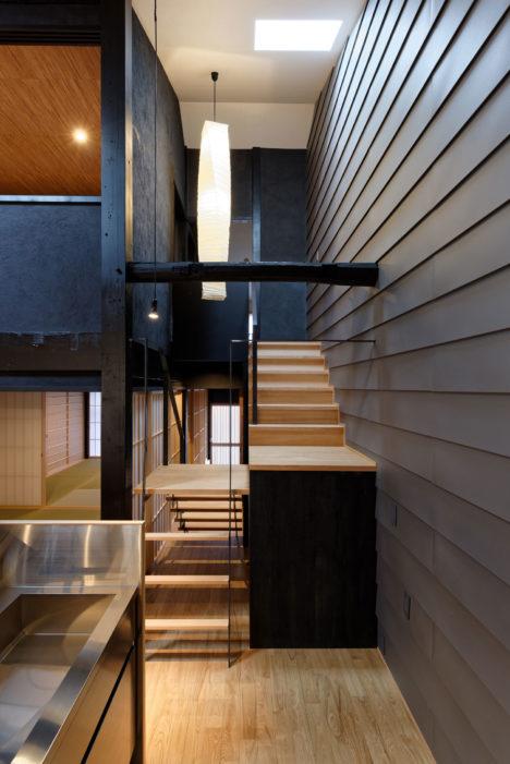 サムネイル:A.C.E. 波多野一級建築士事務所 / 波多野崇による、京都市上京区の築100年以上の町家を改修した住宅「上京の織屋建て長屋」