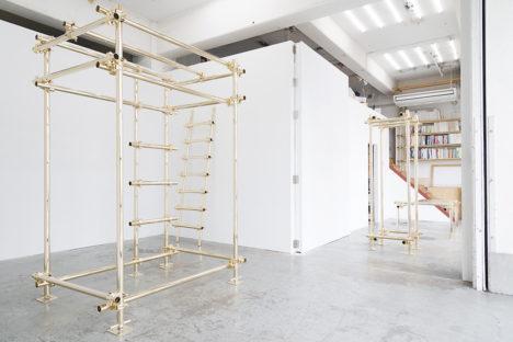 サムネイル:元木大輔による、単管パイプに金メッキを施した家具のシリーズの展覧会の会場写真。3月12日まで開催中。