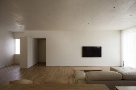 サムネイル:小笠原優建築設計事務所による、石川県のビルの住居フロアのリノベーション「厚い壁に囲まれた洞窟のような住居」