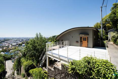サムネイル:橋本健二建築設計事務所による、兵庫の住宅「山の頂の家」