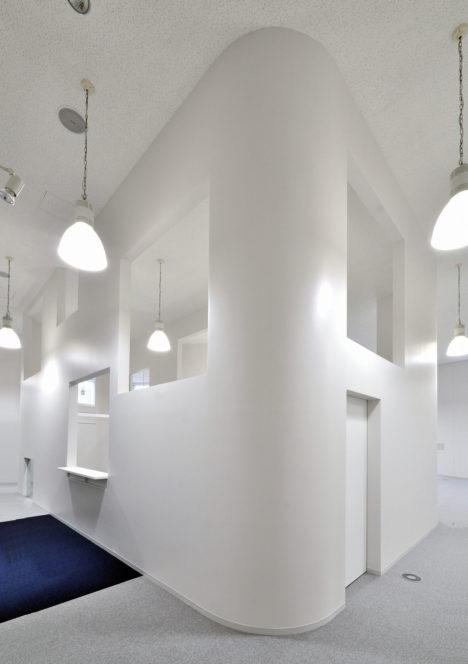 サムネイル:原田将史+谷口真依子 / Niji Architectsによる、東京・渋谷の、青木淳設計の建築内に計画され、その意匠に敬意を払い設計された「窓のフィットネスクラブ」