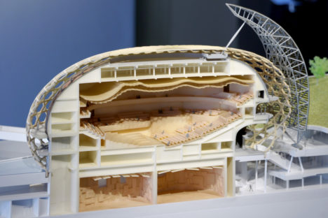 サムネイル:坂茂の、ギャラリー間で始まった建築展「プロジェクツ・イン・プログレス」の会場写真
