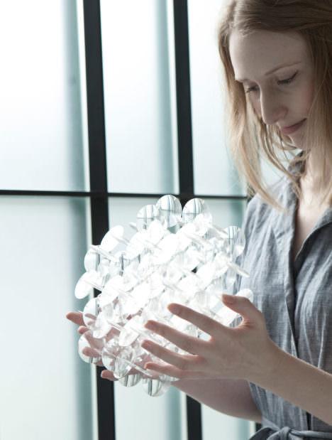 サムネイル:沖津雄司による、ミラノサローネ2017の若手デザイナーの登竜門サローネサテリテに出展された作品「lightflakes」