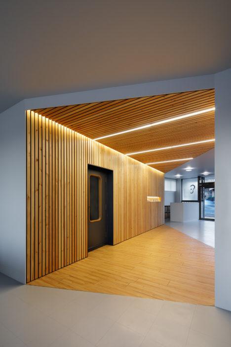 サムネイル:久保都島建築設計事務所による、群馬県吾妻郡の「伊勢町の補聴器店」
