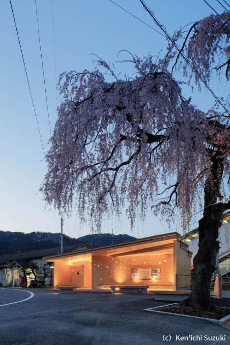 サムネイル:小原賢一+深川礼子 / ofaによる、岡山の、公衆トイレ・休憩施設・サイクリングステーション「木テラス 久世駅CLTモデル建築物」