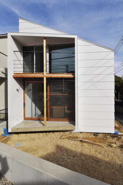 サムネイル:吉村真基+吉村昭範 / D.I.G Architectsによる、愛知・名古屋の住宅「丘のふもとの十字架構」