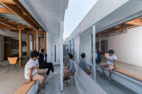 サムネイル:松本光索による、東京・八王子の、アートギャラリー・工房・オフィスからなる複合施設のオフィス部分のリノベーション「鏡のある窓」