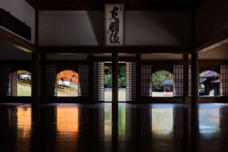 サムネイル:小川重雄の写真と富井雄太郎の編集によって、日本最古の学校建築「閑谷学校」の空間性を巧みに切り取った写真集『国宝・閑谷学校』のプレビュー