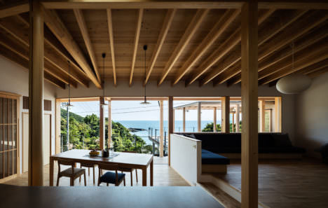 サムネイル:岸本姫野建築設計事務所による、和歌山の週末住宅「白浜町の家」