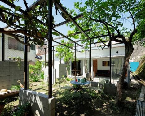 サムネイル:アイボリィアーキテクチュア / 永田賢一郎+原﨑寛明+北林さなえによる、神奈川・横浜の、築50年の木造アパートの改修「藤棚のアパートメント」