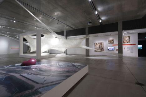 サムネイル:成瀬・猪熊建築設計事務所の会場構成協力による、21_21 DESIGN SIGHTでの「『そこまでやるか』壮大なプロジェクト展」の会場写真