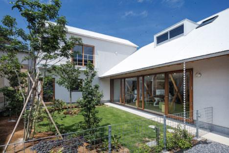 サムネイル:ツバメアーキテクツ+澤田航による、茨城の、住宅兼歯科医院「牛久のおやこ屋根」